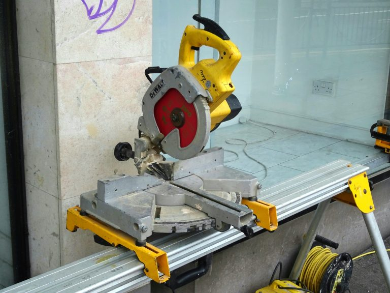 How to Use a Miter Saw – Beginner's Guide